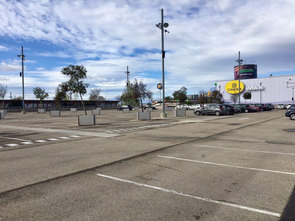 Parking vacío en centro de ocio