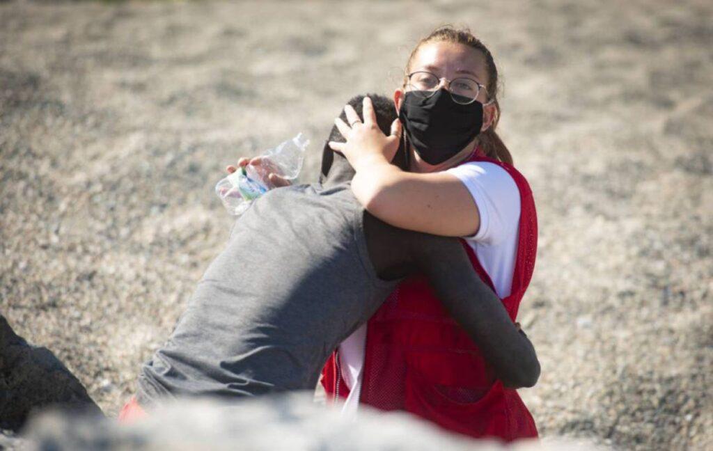Luna abraza al inmigrante senegalés