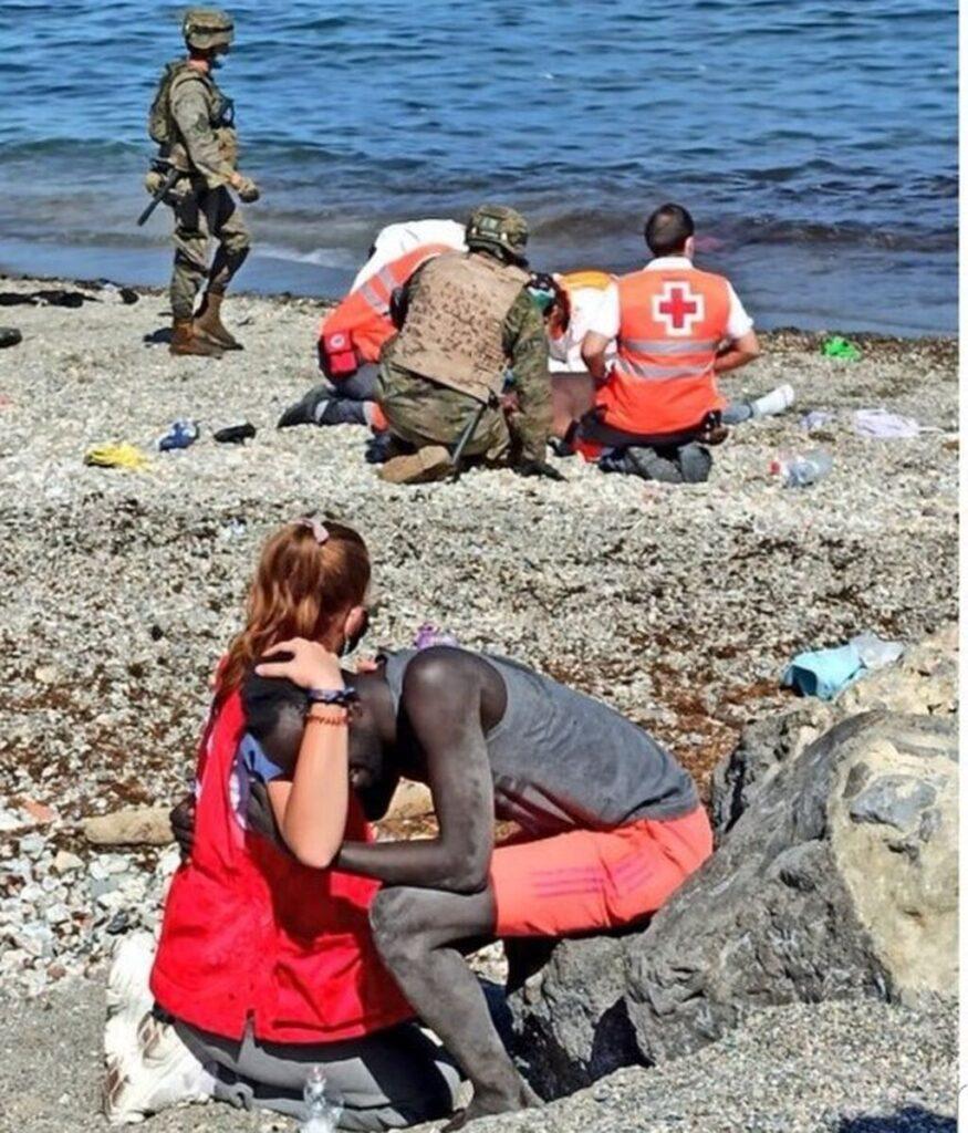 Luna, voluntaria de Cruz Roja, consuela a un inmigrante
