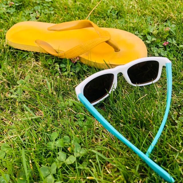 Chancla y gafas de sol